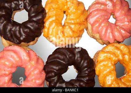 Sechs Donuts mit Glasur in zwei Reihen Stockbild