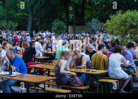 Belebten Biergarten im Sommer im Cafe am Neuen See im Tiergarten in Berlin Deutschland Stockbild