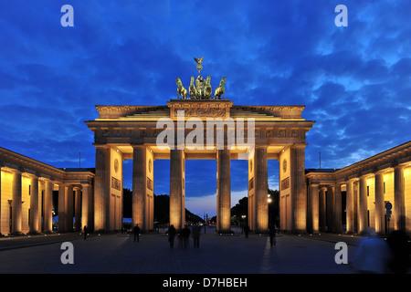 Das Brandenburger Tor in Berlin bei Nacht Stockbild