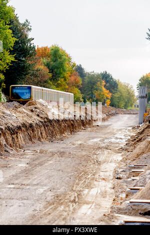 Berlin, Germany. 19th Oct, 2018. An S-Bahn runs along the future route of the Dresdner Bahn between the S-Bahn station Lichtenrade and the border Berlin-Brandenburg. (to 'Railway is driving the construction of the Dresden railway' from 20.10.2018) Credit: Christoph Soeder/dpa/Alamy Live News Stockbild