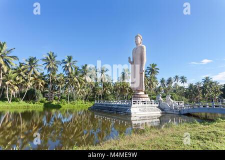 Sri Lanka, Asien, Hikkaduwa - eine große Buddha Statue in der Mitte eines Sees Stockbild