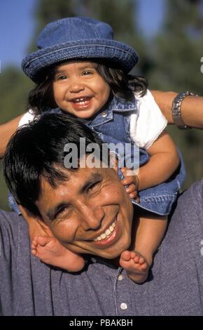 Kleinkind Kind Tochter sitzen auf den Schultern der Native American Dad © Myrleen Pearson.... Ferguson Cate Stockbild
