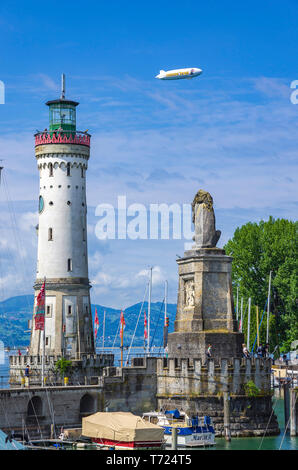 Panoramablick über den Hafen mit dem Leuchtturm und dem Bayerischen Löwen in der Altstadt von Lindau im Bodensee, Bayern, Deutschland, Europa. Stockbild