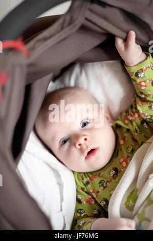 Baby Junge im Kinderwagen liegend Stockbild