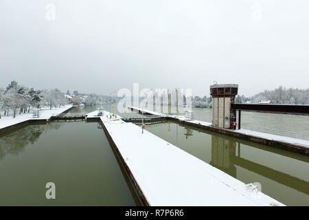 Frankreich, Seine-et-Marne, Bois le Roi, am Ufer des Flusses Seine unter dem Schnee während der Flut, die Verriegelung zwischen Chartrettes und Bois le Roi Stockbild
