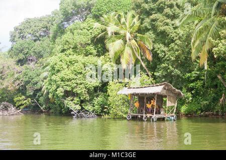Maduganga See, Balapitiya, Sri Lanka - In einer Pause an einem traditionellen river Shop auf den Maduganga See Stockbild