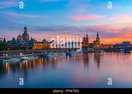 Dresden, Sachsen, Deutschland, Europa - Die historische Altstadt Waterfront im Abendlicht. Stockbild