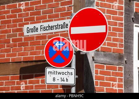 Verschiedene Verkehrsschilder vor einem Fachwerkhaus, Verden an der Aller, Niedersachsen, Deutschland, Europa habe ich diverse Verkehrsschilder vor einem Fachw Stockbild