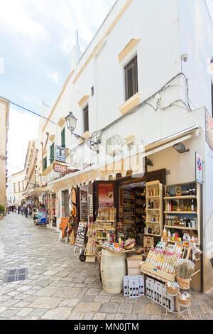 Gallipoli, Apulien, Italien - Mai 2017 - traditionelles Souvenir Geschäfte in der Fußgängerzone von Gallipoli Stockbild