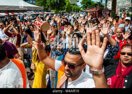 """Die Leute nach der Prozession feiern. Das Festival der Wagen, auch bekannt als Ratha Yatra, ist ein zeitloses Festival, mit Ursprung in der antiken Stadt Jagannatha Puri in Indien. Seit Tausenden von Jahren, haben zu Jagannatha Puri wurde in Indien in das älteste Festival der Welt namens Ratha-yatra"""", den Wagen Festival"""". Jetzt Ratha-yatra wird jedes Jahr in Dutzenden von Städten rund um die Welt abgehalten. Das ratha Yatra Festival hat einen gemeinsamen Blick in den meisten großen Städten der Welt werden seit 1968 durch die ISKCON, Hare Krishna Bewegung. In Rotterdam, die Bhakti Yoga Zentrum Stockbild"""