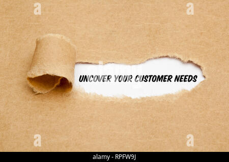Text Decken Sie die Bedürfnisse Ihrer Kunden hinter zerrissenes Papier erscheint. Konzept über die Bedeutung, die die Ansprüche, Anforderungen und Erwartungen zu verstehen Stockbild