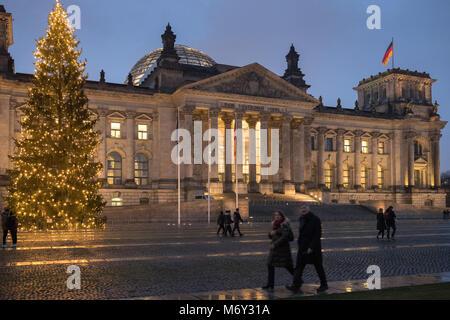 Der Reichstag in der Dämmerung, Mitte, Berlin, Deutschland Stockbild