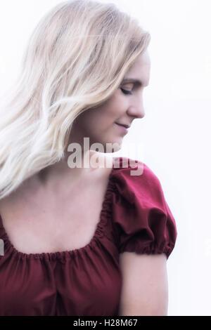 Bildnis einer blonden Frau in einem roten Kleid Stockbild