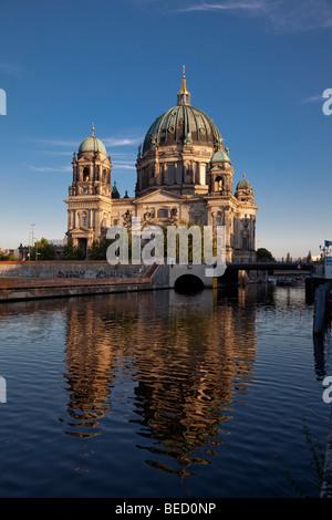 Berliner Dom spiegelt sich in der Spree Stockbild