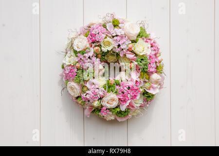 Botanik, Rosen und Veilchen, wreath Dekoration, Additional-Rights - Clearance-Info - Not-Available Stockbild