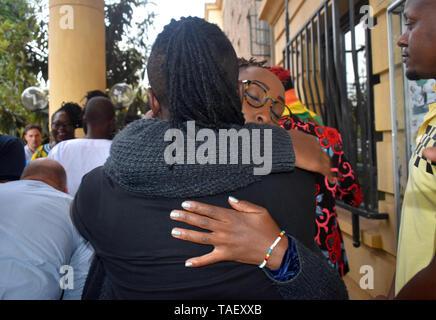 Lesbian partner gesehen Tröstendes einander nach einem Gerichtsurteil. Lesben, Schwule, Bisexuelle und Transgender (LGBT) Personen in Kenia rechtliche Herausforderungen. Sie ordnete einen Fall vor Gericht plädierte für ihre Rechte anerkannt werden, und der Gerichtshof Kolonialzeit Gesetze, die Gay Sex unter Strafe abzuschaffen. Jedoch in dem Urteil des Gerichtshofs hat das Gericht die Gesetze. Stockbild