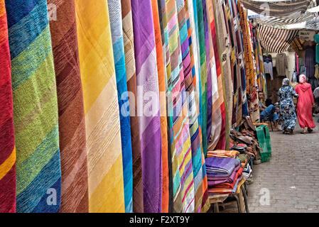 Kaufen Sie in der alten Medina von Fes, Marokko ein Stockbild