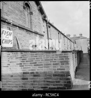 Titus Street, Saltaire, Shipley, Bradford, West Yorkshire, 1966-1974. Eine Ansicht vom oberen Mary Street Richtung Osten entlang der Gasse zwischen Titus Straße und Konstanz Straße zeigt die Rückseite der Häuser auf Titus Straße mit der Nummer 38 im Vordergrund. Stockbild