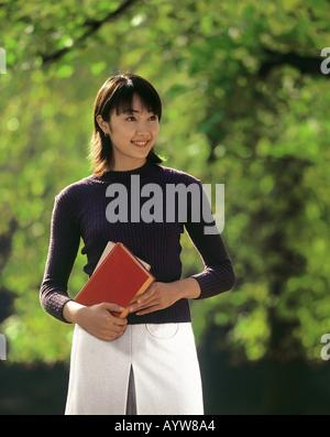 Frau Holding Notizbücher Stockbild