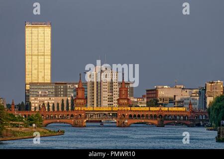 Spree, Oberbaumbrücke, Bürogebäude, Aliianz Tower, Treptowers, Monecule Mann, Berlin, Deutschland Stockbild