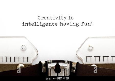 Inspirational Anführungsstrich Kreativität macht Spaß, Intelligenz, die auf alten Schreibmaschine. Stockbild