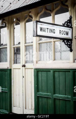 ein Wartezimmer in einem alten Bahnhof Stockbild
