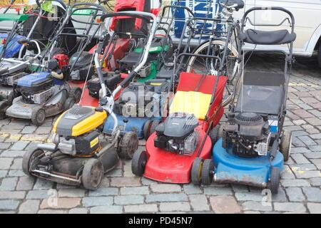 Alte gebrauchte Rasenmäher auf einen Flohmarkt, Deutschland, Europa ich Alte gebrauchte Rasenmäher auf einem Flohmarkt, Deutschland, Europa I Stockbild