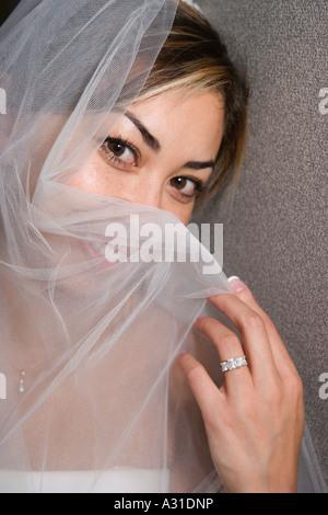 Braut Holding Schleier über Gesicht Stockbild
