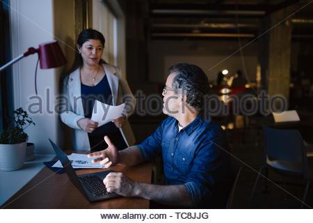 Geschäft Leute spät Arbeiten am Laptop im dunklen Büro Stockbild