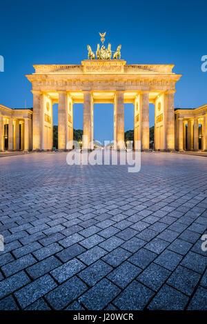 Klassische vertikale Ansicht des historischen Brandenburger Tor, Deutschlands berühmteste Wahrzeichen und ein Stockbild