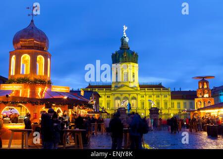 Weihnachtsmarkt vor Schloss Charlottenburg, Berlin, Deutschland, Europa Stockbild