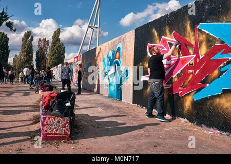 Berlin, Deutschland, 10. September/2017 Street Art - Junge zieht Graffiti auf Mauerpark an der Wand. Stockbild