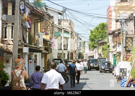 Galle, Sri Lanka, Asien - Dezember 2015 - Einheimische, Touristen und Autos, die in der mittelalterlichen Einkaufsstraße Stockbild