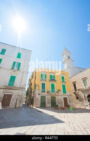 Molfetta, Apulien, Italien - Sonnenschein in den historischen Gassen von Molfetta Stockbild