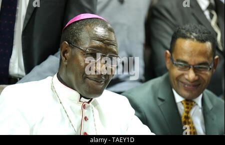 Erzbischof Alfred Rotich gesehen reagieren nach in Kenia ist das Hohe Gericht der Britischen-Ära Strafgesetzbuch kriminalisiert gay sex unterstützen. LGBT Gemeinschaft wollte der Hof einvernehmliche Sex zu entkriminalisieren aber die Richter Chacha Mwita, Roselyne Aburili und Johannes Mativo einstimmig abgelehnt. Stockbild