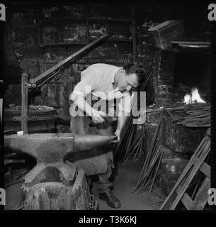 Schmied am Amboss, 1967 arbeiten. Die Lage ist nicht identifizierte, aber wird wahrscheinlich in der Tamar Valley, die die Grenze zwischen den Grafschaften Devon und Cornwall überspannt werden. Stockbild
