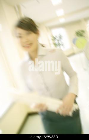 Frau zu Fuß in einem anspruchsvollen Büro Stockbild