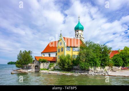 Blick auf St. George's Kirche in Wasserburg am Bodensee, Bayern, Deutschland. Stockbild