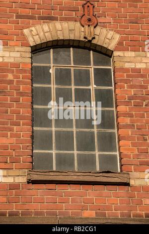 Alte, leere brick House Factory mit dunklen Fenstern Stockbild