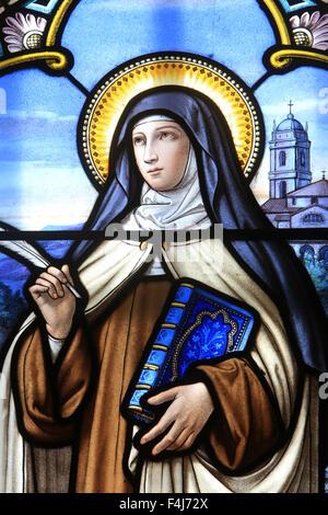 Glasfenster von St. Therese von Lisieux, Heiligtum der Muttergottes von La Salette, La Salette-Fallavaux, Isere, Stockbild