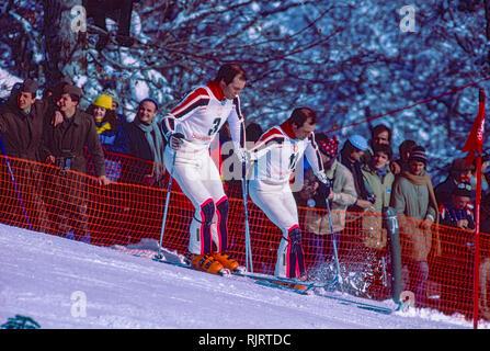 Phil Mahre (USA) Gold-R-, Steve Mahre (USA) Silber,, Sieger der Männer Slalom an der 1984 Olympischen Winterspiele diring Fluch zu überprüfen. Stockbild