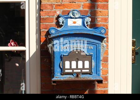 Alte Mailbox in der Altstadt, Leer, Ostfriesland, Niedersachsen, Deutschland, Europa ich Alter Briefkasten in der Altstadt, Leer, Ostfriesland, Niedersachsen Stockbild