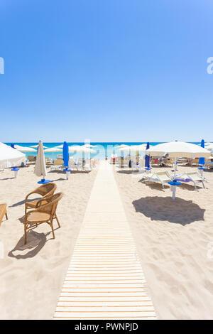 Lido Venere, Apulien, Italien - Sonnenschirme am schönen Strand von Lido Venere Stockbild