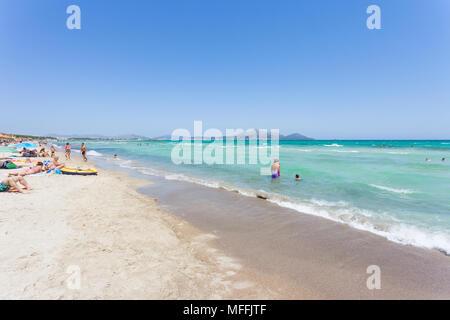 Platja de Muro, Mallorca, Spanien - August 2016 - Touristen ihre Freizeit genießen, am Strand von Ca'n Picafort Stockbild