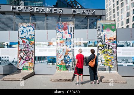 Touristen, die gerne am ursprünglichen Teile der Berliner Mauer am Potsdamer Platz in Berlin-Deutschland Stockbild