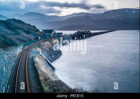 Barmouth Bridge bei Sonnenaufgang, Snowdonia National Park, Gwynedd, Wales, Wales, Vereinigtes Königreich, Europa Stockbild