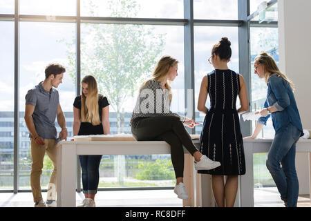 Kollegen durch Glaswand Brainstorming Stockbild
