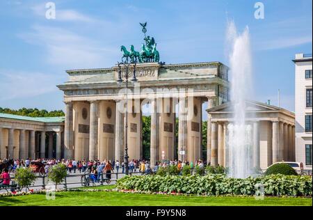 Deutschland, Berlin-Mitte, Besucher-Massen am Pariser Platz, Brandenburger Tor Stockbild