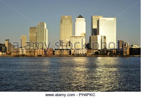Canary Wharf, modernen Geschäftsviertel, Hochhaus Eigenschaften im Morgenlicht Glitter, am Ufer der Themse im Osten von London England Großbritannien. Stockbild