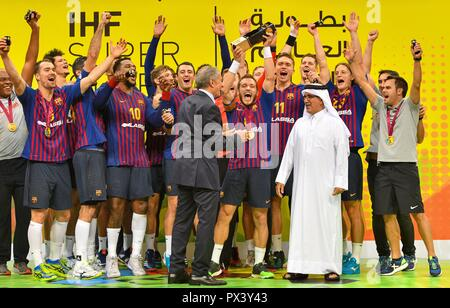 Doha, Capital of Qatar. 19th Oct, 2018. FC Barcelona's players celebrate with the trophy after winning the final match of the 2018 IHF Super Globe World Handball Club Championship against Fuchse Berlin in Doha, Capital of Qatar, Oct. 19, 2018. FC Barcelona won 29-24 to claim the title. Credit: Nikku/Xinhua/Alamy Live News Stockbild